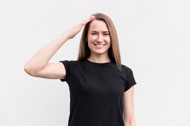 Ritratto di donna che comunica attraverso il linguaggio dei segni