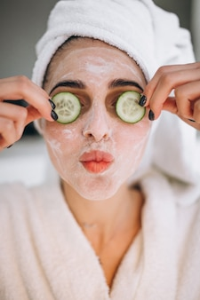 Ritratto di donna che indossa la maschera di bellezza