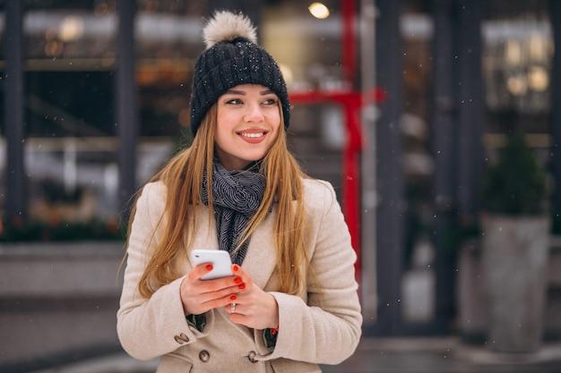 Ritratto di donna che parla al telefono in strada