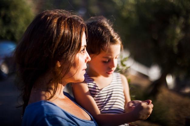 Ritratto di donna che porta sua figlia