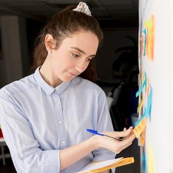 Ritratto di donna che presenta il metodo aziendale