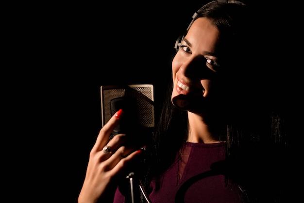 Ritratto di donna che registra una canzone in uno studio professionale