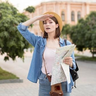Ritratto di donna con cappello tenendo la mappa