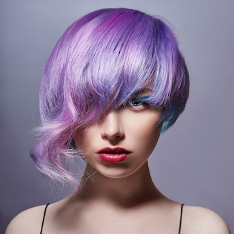 Ritratto di donna con i capelli volanti colorati luminosi