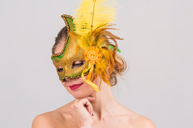 Ritratto di donna con maschera di carnevale