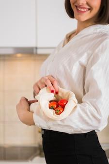 Ritratto di donna con pomodori biologici