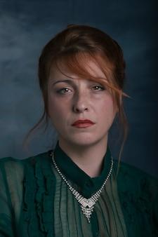 Ritratto di donna con sguardo perso e triste su sfondo retrò.