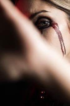 Ritratto di donna con trucco di sangue