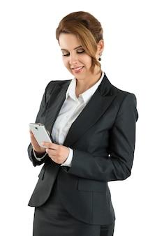 Ritratto di donna d'affari attraente toccando smart phone