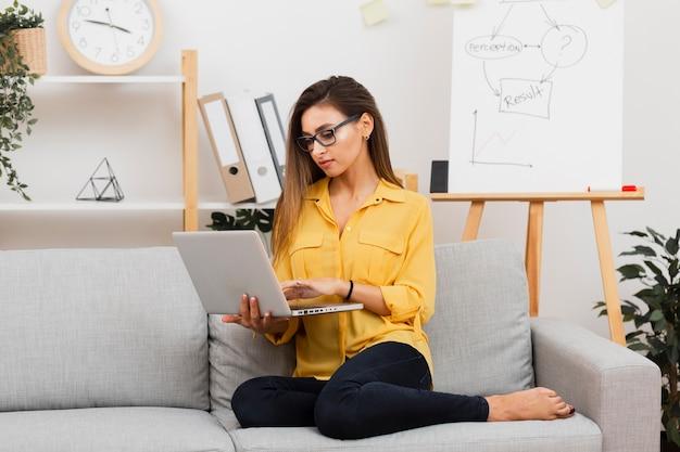 Ritratto di donna d'affari, lavorando sul divano