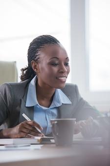 Ritratto di donna d'affari occupato o segretario