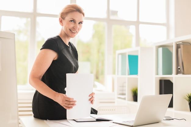Ritratto di donna d'affari piuttosto di mezza età