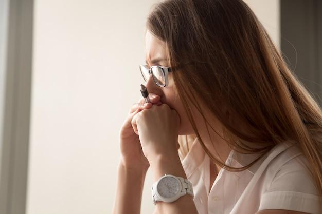 Ritratto di donna d'affari preoccupata focalizzata sul lavoro