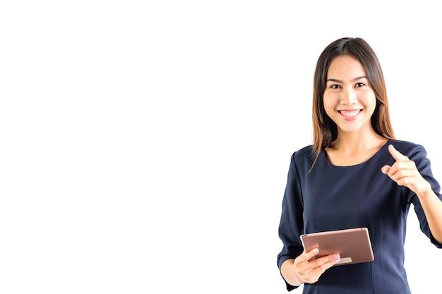 Ritratto di donna d'affari tenere la tavoletta su uno sfondo bianco