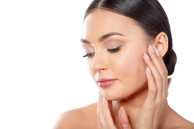 Ritratto di donna di bellezza viso. beautiful spa model girl with perfect fresh skin clean.