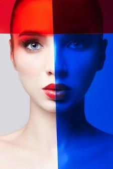Ritratto di donna di close-up con film rosso e blu
