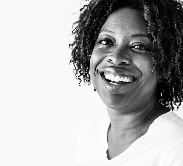 Ritratto di donna di colore isolato