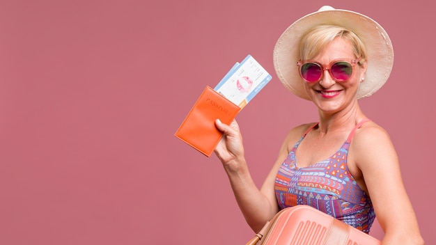 Ritratto di donna di mezza età in corso le vacanze estive