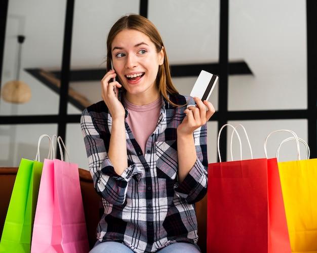 Ritratto di donna eccitata parlando al telefono