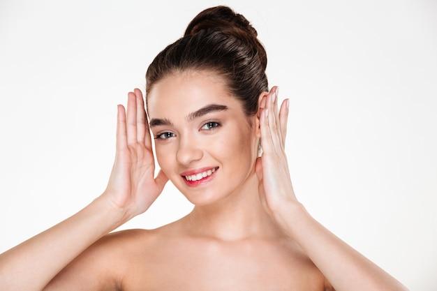 Ritratto di donna felice con aspetto caucasico sorridente con denti perfetti con pelle salute