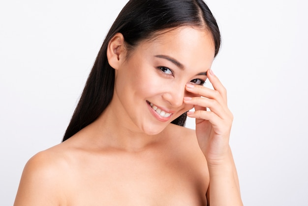 Ritratto di donna felice con la pelle chiara