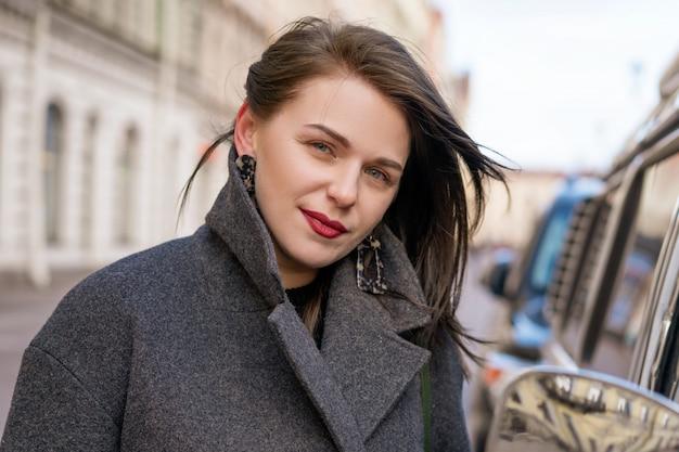 Ritratto di donna felice in cappotto
