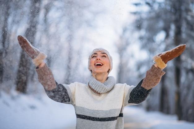 Ritratto di donna felice nel parco di inverno