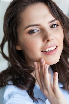 Ritratto di donna giovane bella faccia da vicino