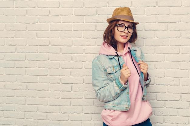 Ritratto di donna giovane hipster alla moda