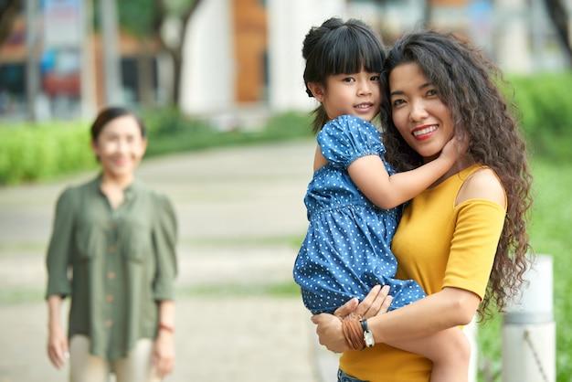 Ritratto di donna graziosa con figlia piccola