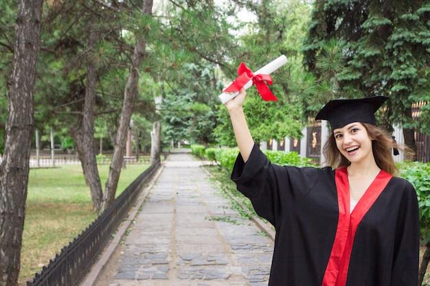 Ritratto di donna il giorno della laurea. università. istruzione, laurea e concetto di persone