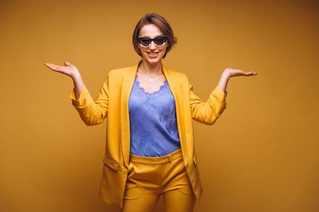 Ritratto di donna in abito giallo isolato