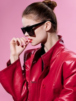 Ritratto di donna in insoliti occhiali lucidi, emozioni di sorpresa e felicità