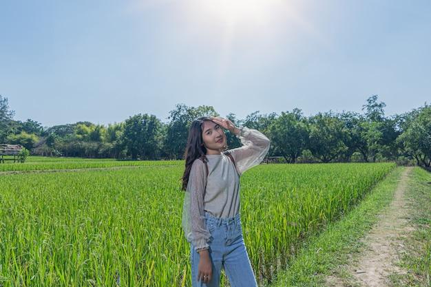 Ritratto di donna in posa con risaie a jim thompson farm
