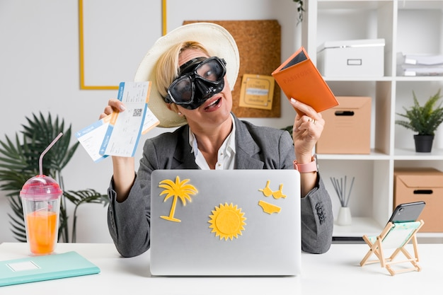 Ritratto di donna in ufficio preparato per le vacanze estive