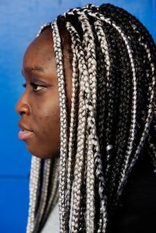 Ritratto di donna nera con i capelli dreadlocks