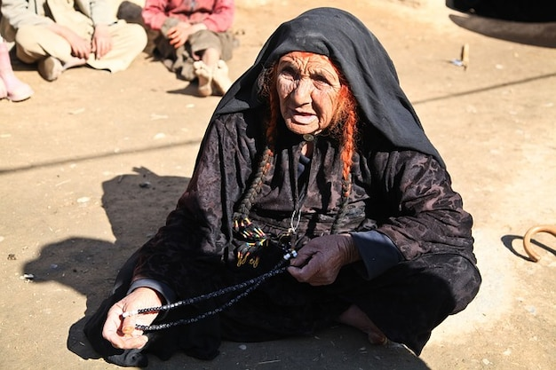 Ritratto di donna seduta afghanistan persona anziana