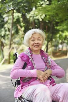 Ritratto di donna senior asiatica seduto su una sedia a rotelle