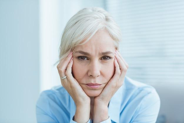 Ritratto di donna senior triste