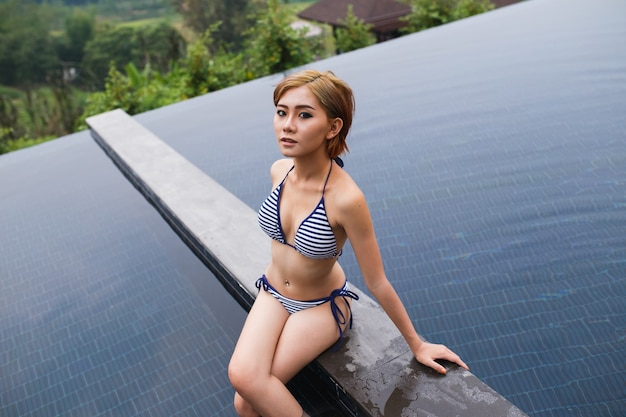 Ritratto di donna sexy in bikini in piscina