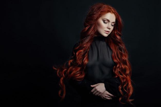Ritratto di donna sexy rossa con i capelli lunghi