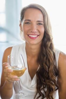 Ritratto di donna sorridente che tiene un bicchiere di birra