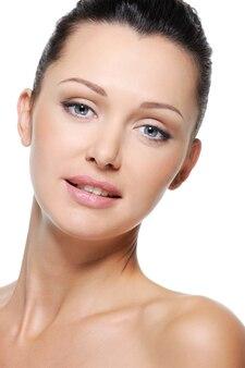 Ritratto di donna sorridente con la pelle sana del viso