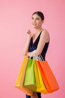 Ritratto di donna sorridente felice tenere shopping bag