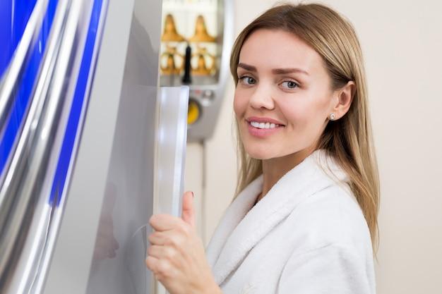 Ritratto di donna sorridente in abito bianco