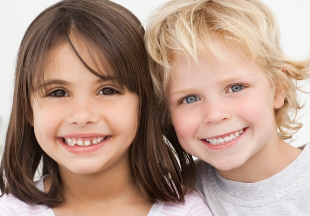 Ritratto di due bambini felici in cucina