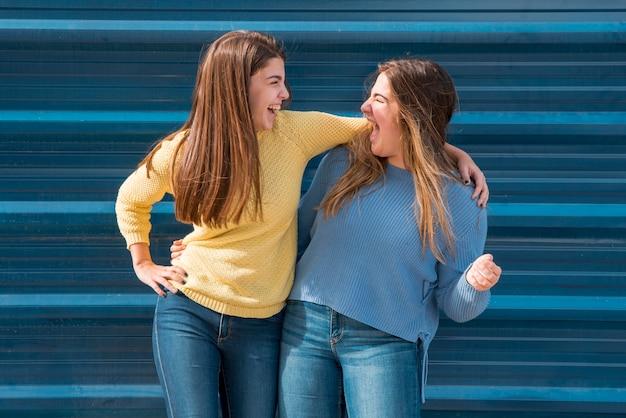 Ritratto di due ragazze di fronte a un muro