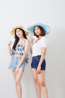 Ritratto di due ragazze hipster