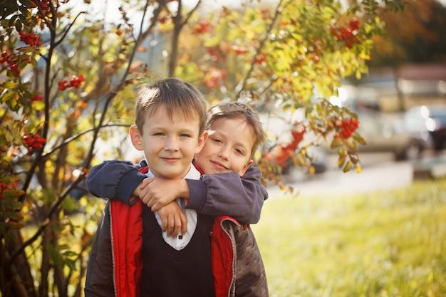 Ritratto di due ragazzi, fratelli e migliori amici sorridenti.
