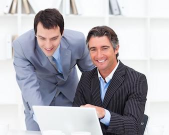 Ritratto di due uomini d'affari che lavorano a un computer